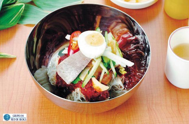 Fideos Chinos con Ensalada de Verduras con Huevo y Jamón