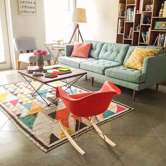 Decoração de sala de estar com poltrona de balanço