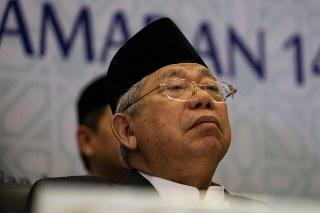 Ma'ruf Amin juga menyoroti aksi sosialisasi dan Sweeping yang dilakukan organisasi masyarakat dengan didampingi anggota kepolisian yang terjadi di Surabaya pada Minggu lalu, menurut Ma'ruf sweeping yang dilakukan ormas itu merupakan penyalahgunaan karena memahami Fatwa MUI dengan tidak tepat