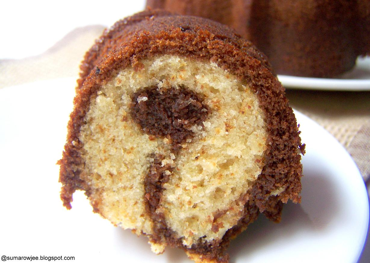 Placing A Bundt Pan In Water To Release Cake