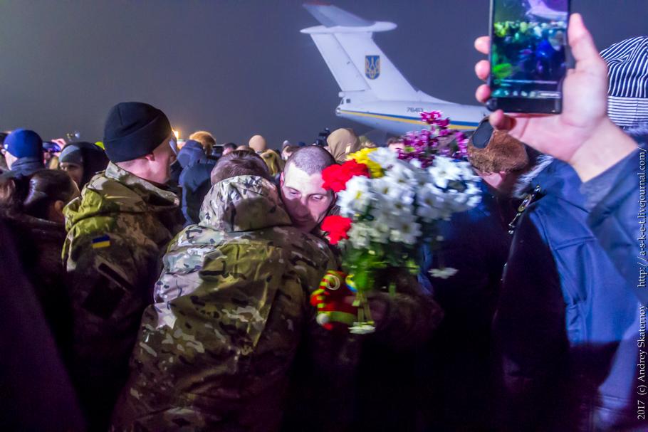 """Встреча освобожденных украинских заложников в """"Борисполе"""" (Киев)."""