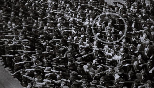 Esse artigo é diferente de todos os demais que tenho escrito até o momento: nele pretendo contribuir para a reflexão da atual conjuntura a partir de uma história que vivi e de uma experiência que só me fez sentido seis anos depois. Experiência que sem nenhuma jocosidade alcunhei de minha conversa com um nazista genuíno. O objetivo desse texto é chamar atenção para a inconsciência do ódio político que atinge, não apenas o Brasil, mas grande parte dos países ocidentais com os desdobramentos da crise econômica de 2008/2009. Se ao fim dele, o leitor tiver a sensação de que o fascismo é inconsciente e independente de aparência ou autodesignação, esse artigo terá, então, atingido sua meta: