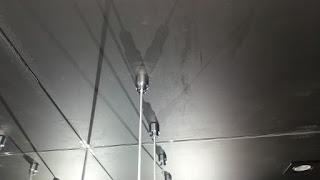 foto de prateleiras suspensas por cabos de aço