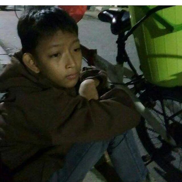 Di Usianya Yang Masih 13 Tahun Bocah Penjual Es Ini Sudah Harus Menjadi Tulang Punggung Keluarganya, Kisahnya Bikin Terenyuh