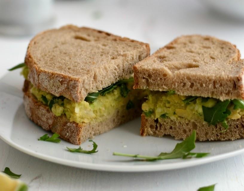 Sanduíche de Grão-de-Bico e Abacate (vegana)