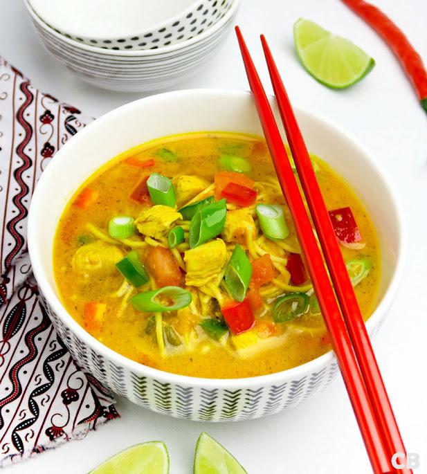 Thaise currysoep met noedels, kip en groenten
