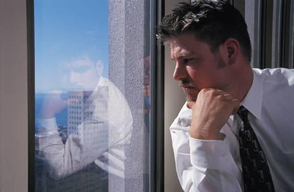 Hombre pensando frente a la ventana