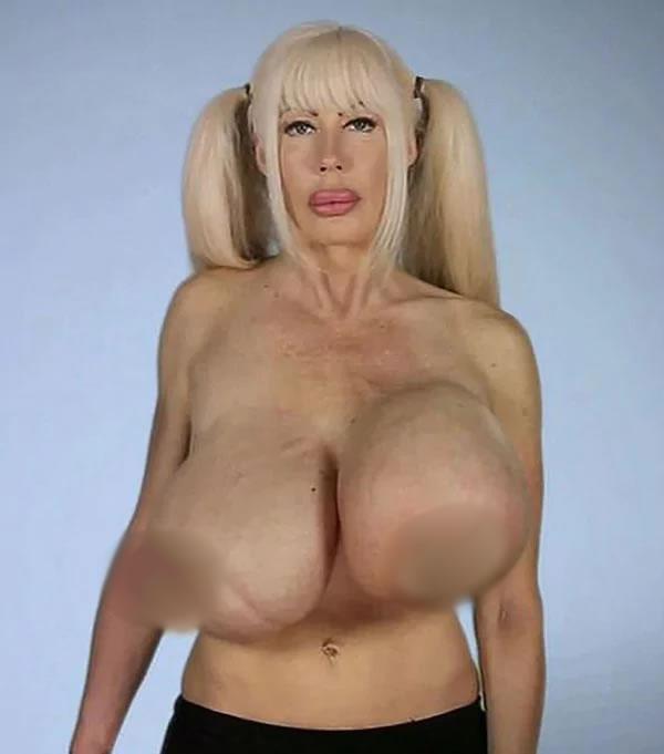Estrella de cine con desatres mamarios