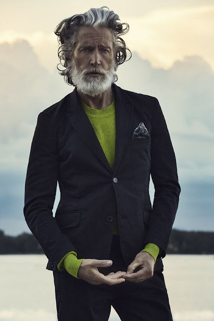Look masulino blazer e suéter verde
