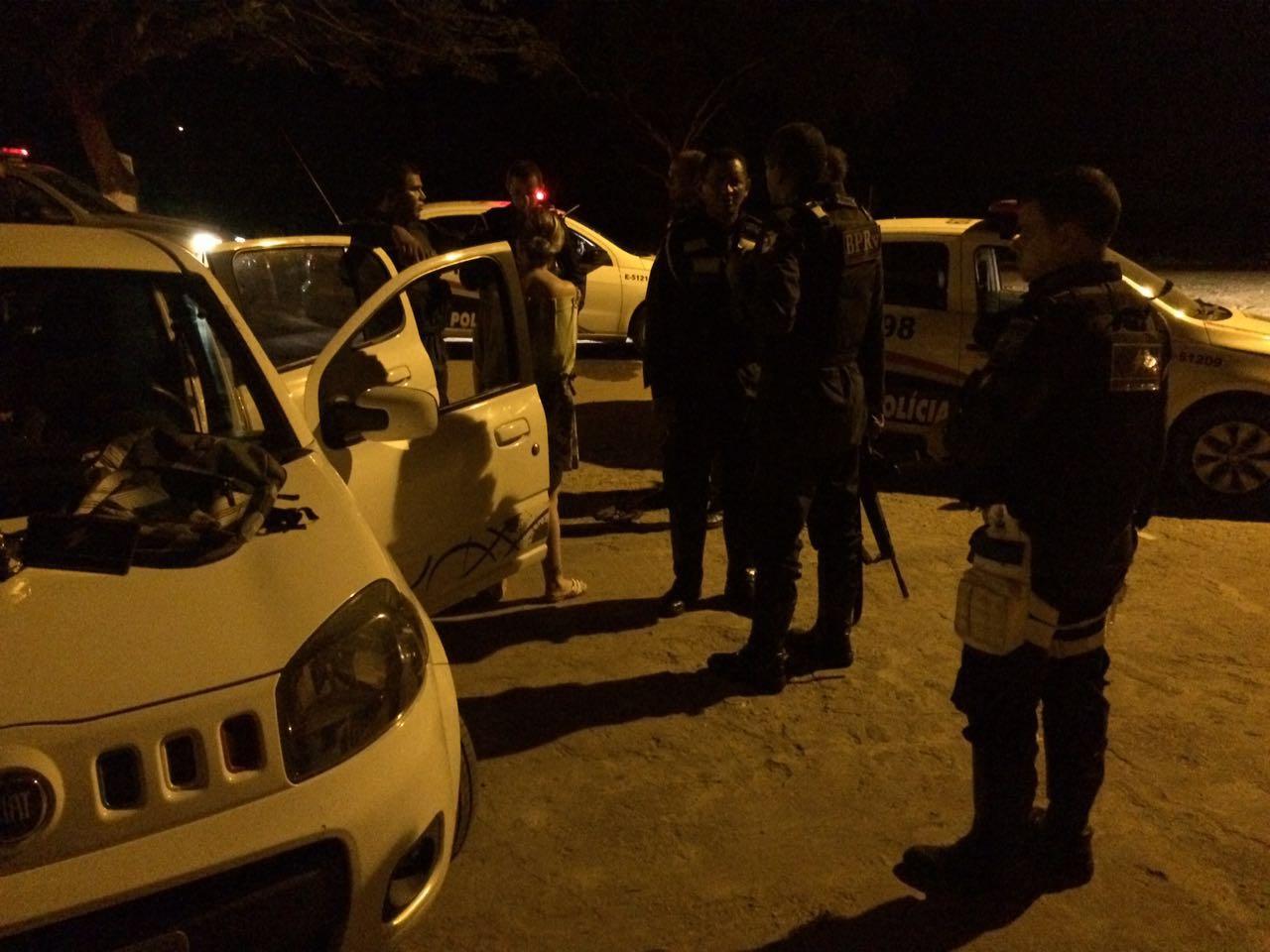 Homens sequestram mulher no momento em que saía de banco e perseguição é iniciada