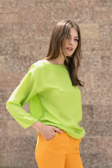 Комплект из аналогичных цветов зеленая блузка и желтые брюки