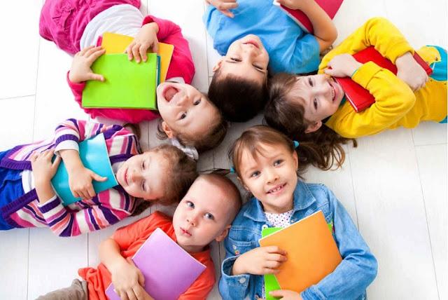 Niños con cuadernos, libretas