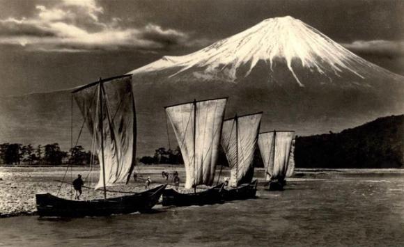 perahu dengan gunung fuji