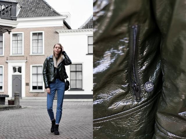 Outfit met tweekleurige Didi spijkerbroek donker groen biker jasje en zwarte Timberland schoenen