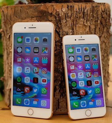 Spesifikasi IPHONE 8    Puas mengulas iPhone 8 di bagian luar, kini kita akan beralih untuk membahas spesifikasi iPhone 8 di bagian dalamnya, yakni ruang olah data. Ponsel ini ternyata telah menjalankan sistem operasi terbaru iOS 11 sehingga kinerjanya jauh lebih mumpuni dan menghadirkan fitur baru yang berlimpah. Selain menjalankan sistem operasi terbaru, dapur pacu dari perangkat Apple iPhone 8 ini juga dipersenjatai dengan chipset anyar Apple A11. Chip yang mampu menghasilkan prosesor berinti empat ini dengan performa yang handal untuk mendukung operasionalnya. Bekalan RAM berkapasitas 3 GB yang disematkan pada sektor permesinan dari Apple iPhone 8 ini juga memastikan perpindahan dari satu aplikasi ke aplikasi lainnya bisa dilakukan dengan lancar dan responsif.  Namun untuk urusan gaming, hingga kini masih belum diketahui jenis kartu grafis yang akan digunakan Apple. Meskipun demikian, seperti pada pendahulunya kartu grafis yang akan disematkan pada spesifikasi iPhone 8 di prediksi tak akan jauh berbeda   Salah satu hal yang paling menarik untuk diperbincangkan dari spesifikasi iPhone 8 adalah tampilan terluarnya. Apple sendiri kabarnya mendesain perangkat barunya ini dengan tampilan yang berbeda dari produk iPhone yang sebelumnya. Generasi terbaru iPhone disebut-sebut bakal hadir dengan desain yang seluruh bodinya terbalut material kaca dengan frame dari stainless