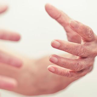 Tại sao bị bệnh run chân tay