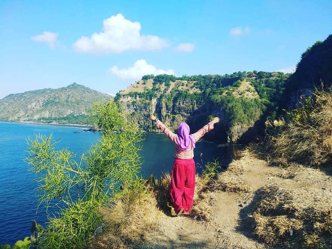 I Flew Free Keindahan Di Atas Tebing Karangasem Hijab Traveller Sabun Mandi Harmoni Nga Mau Yang Biasa Aja Kali Ini Menjelajahi Perbukitan Yaps Simak Petualangan Saya Taman Bali Bukit Asah Guys