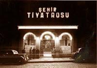 İstanbul Şehir Tiyatrosu Darülbedayi'nin gece çekilmiş eski bir fotoğrafı