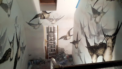 Ozdobne malowanie ściany, malowanie graffiti na klatce schodowej, mural w lofcie, Jaskółki