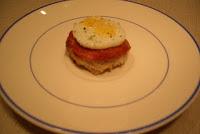 Tostada de pan sobrasada y huevo de codorniz