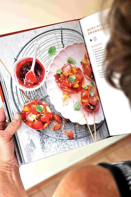 Mini-Pizzaspieße mit Erdbeer-Mandel-Belag nach einem Rezept von Manuel Weyer