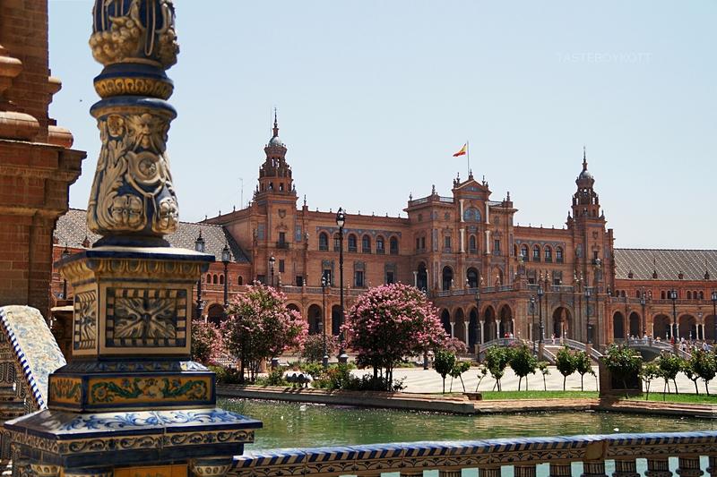 Plaza España in Sevilla, Spanien   Sevilla im Sommer bereisen: heiß, sonnig, nicht zu touristisch und wunderschön!