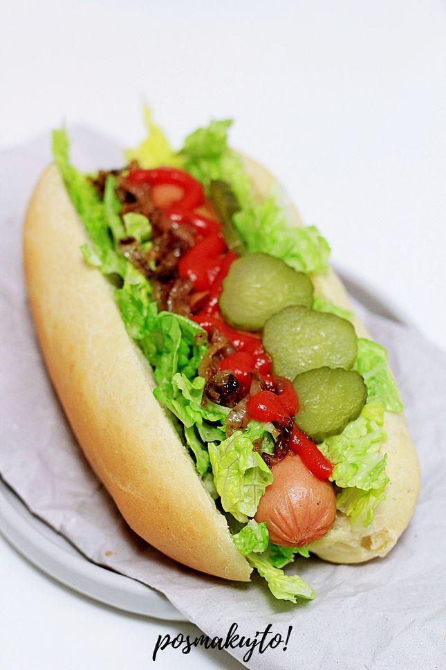 jak-zrobic-domowe-hot-dogi-z-salata-ogorkiem-kiszonym-karmelizowana-cebulka