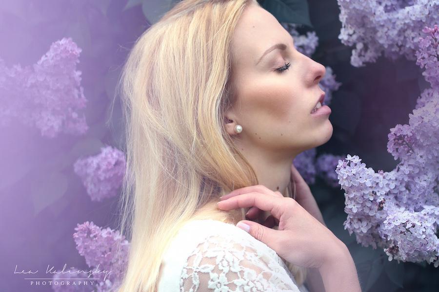 emotionales Portrait mit lila Blumen
