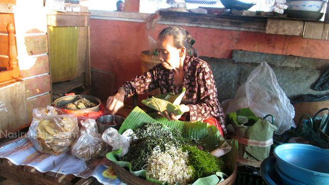 Simbah penjual Nasi Urap di Pasar Apung Jepara