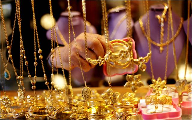 عاجل...إنخفاض غير مسبوق في أسعار الذهب في الاسواق العربية وفرحة كبرى قبل عطلة عيد الأضحى!!