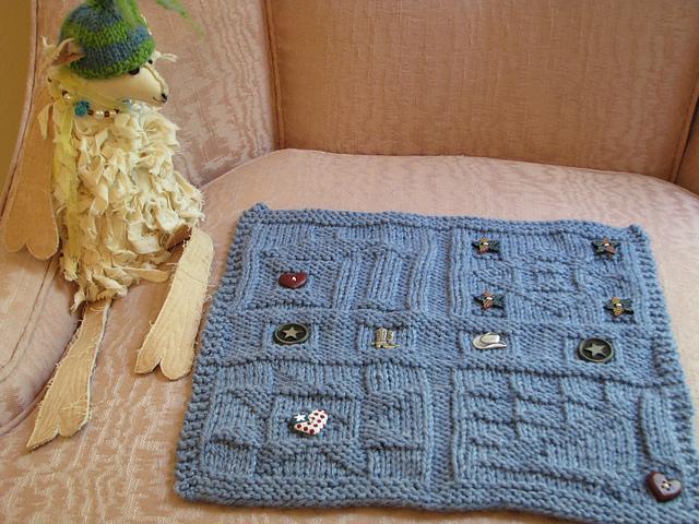 Questa splendida copertina fatta a maglia è disegnata e realizzata da  Darlene Swaim che ha una vera e propria passione per le copertine con  applique di ... 158f2293e89a