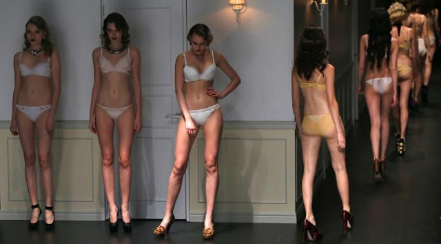 Model berpakaian lingerie