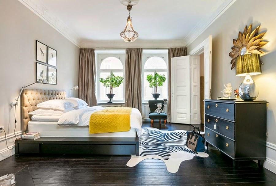 Apartament w Szwecji z kontrastową ścianą, wystrój wnętrz, wnętrza, urządzanie domu, dekoracje wnętrz, aranżacja wnętrz, inspiracje wnętrz,interior design , dom i wnętrze, aranżacja mieszkania, modne wnętrza, styl klasyczny, styl nowoczesny, ceglana ściana, ściana z cegły, sypialnia, łóżko, łoże, zasłony, lampka