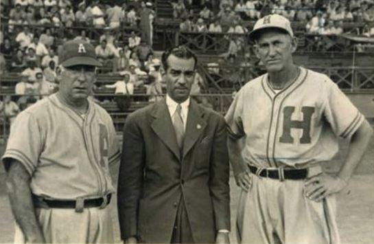Adolfo Luque (extremo izquierdo) y el también célebre Miguel Ángel González (extremo derecho) fueron los dos primeros latinos en jugar en las Series Mundiales de las Grandes Ligas