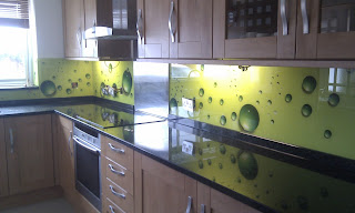cucina con superfici riflettenti immagine