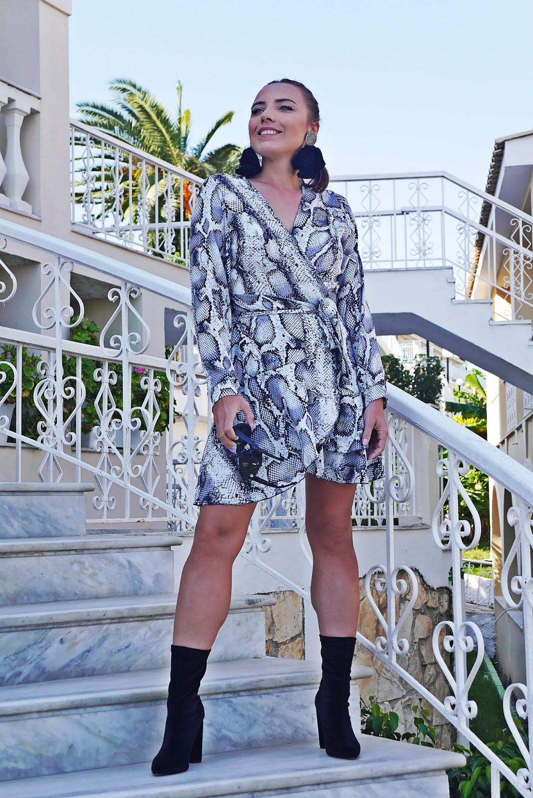 szara sukienka waking up renee czarne botki skarpetkowe karyn blog modowy