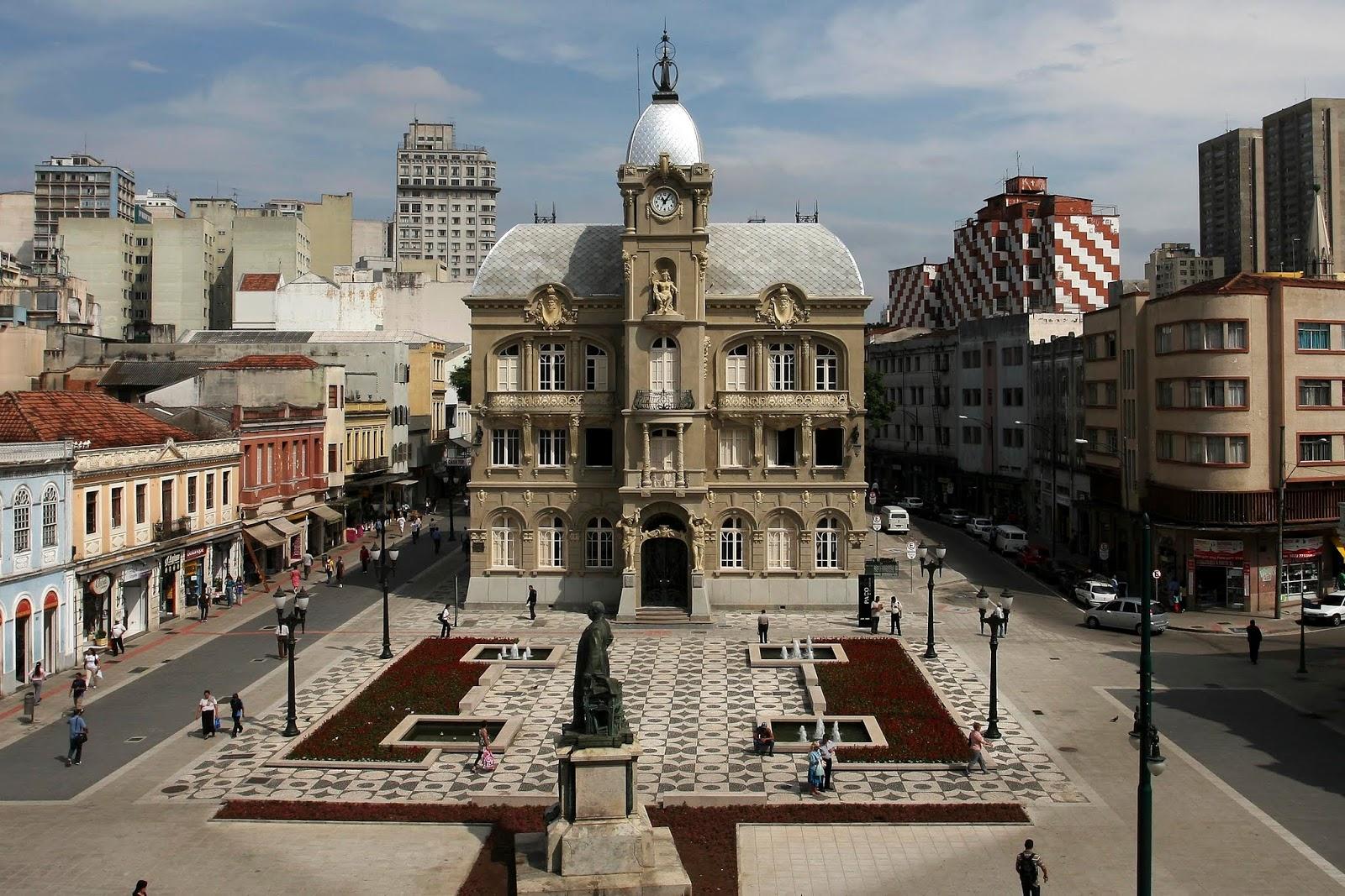 Caminhe para conhecer a história de Curitiba