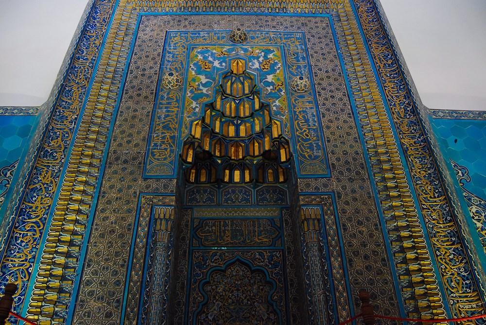 le mihrab au centre du mur est lui aussi somptueux
