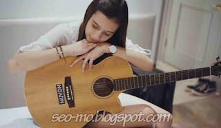 Foto Cantik Annette Edoarda Membawa Gitar