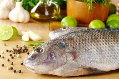 Cho bé ăn ăn cá đồng hay cá biển