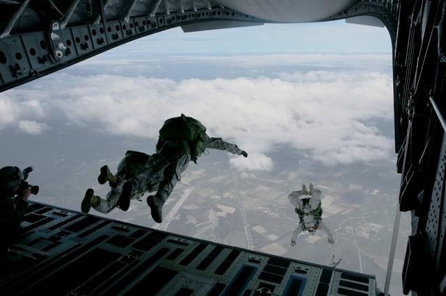 Paracaidistas saltando.