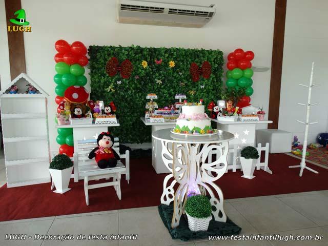 Mesa de aniversário tema Jardim Encantado provençal com muro inglês - Festa infantil realizada na Barra da Tijuca (RJ)