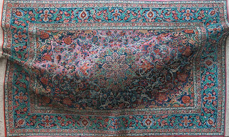 Siluetas de cuerpos ocultos debajo de pinturas de alfombra hiperrealistas