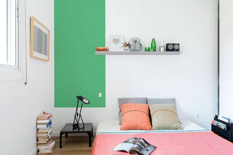 dormitorio sin cabecero con franja de pintura