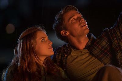 Katie y Charlie mirando estrellas