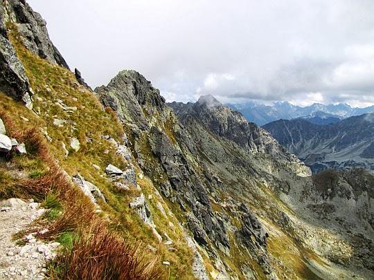 Gąsienicowa Turnia, a dalej Kozi Wierch - widok z południowego stoku Świnicy.