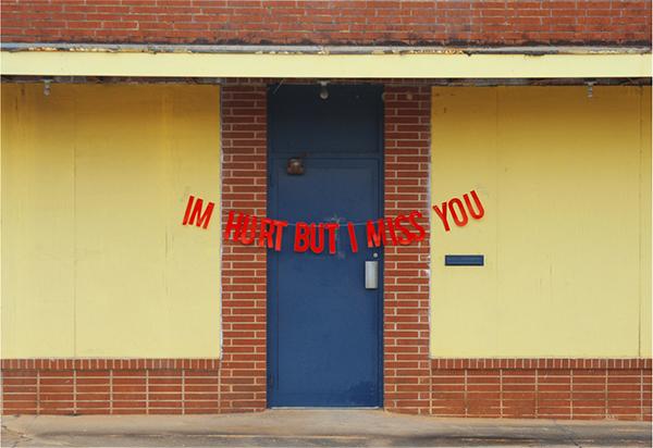 façade de maison avec message d'amour artiste