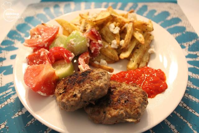 Kotleciki kjufte, chrupiące frytki z piekarnika i sałatka szopska