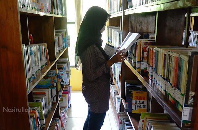 Mencari literatur di rak koleksi