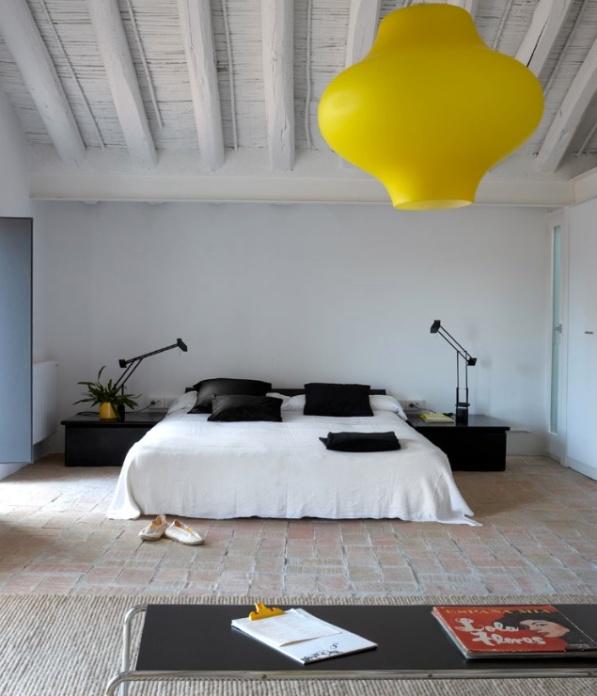 dormitorio con suelo de barro cocido